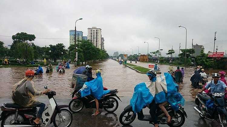 Nhiều người e ngại không dám đi qua tuyến đường ngập.