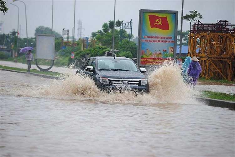 Nước bắn tung tóe mỗi khi có ô tô đi qua.