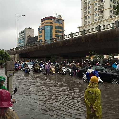 Khu vực chân cầu Vĩnh Tuy cũng rơi vào tình trạng ùn tắc do mưa ngập.