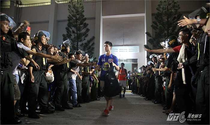 Nhưng Công Phượng đồng đội ra về trong sự hâm mộ của các cổ động viên S.Khánh Hòa. (Hà Thành)