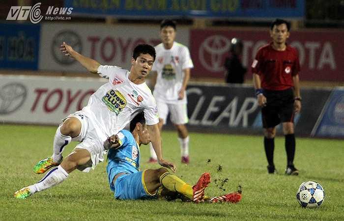 Trước một hàng thủ S.Khánh Hòa chơi tập trung, quyết liệt, Công Phượng không một lần đi bóng thành công.