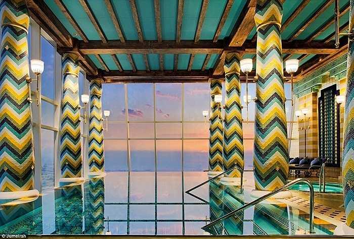 Đây là bể bơi và spa ở tầng trên. Từ đây có thể ngắm nhìn đường chân trời ở Dubai. Và tất nhiên, sang trọng như thế này thì giá không thể rẻ được, 264 euro cho 3 giờ đồng hồ thưởng thức