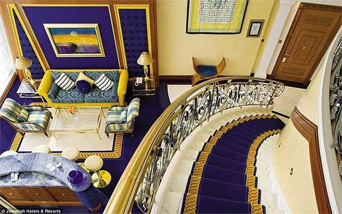 Khách sạn Burj Al Arab có 202 phòng và được nối với nhau bằng những cầu thang long lanh, trải những tấm thảm bắt mắt