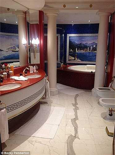 Phòng tắm sang trọng và long lanh không kém