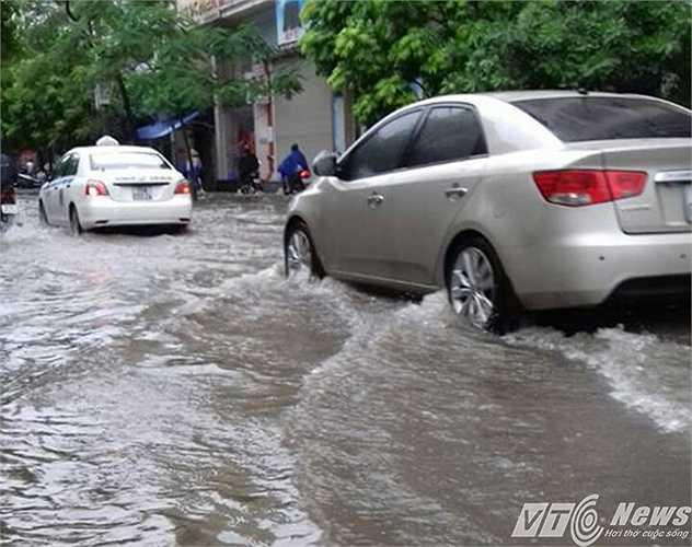 Từ đầu giờ sáng nay (22/9), những cơn mưa lớn trút xuống khu vực nội thành Hải Phòng, khiến nhiều tuyến đường ngập nặng.