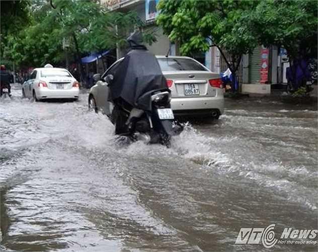 Trên đường Lương Khánh Thiện, đường phố ngập nặng, khiến nhiều phương tiện di chuyển gặp khó khăn.