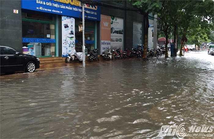 Mênh mông biển nước trên đường phố