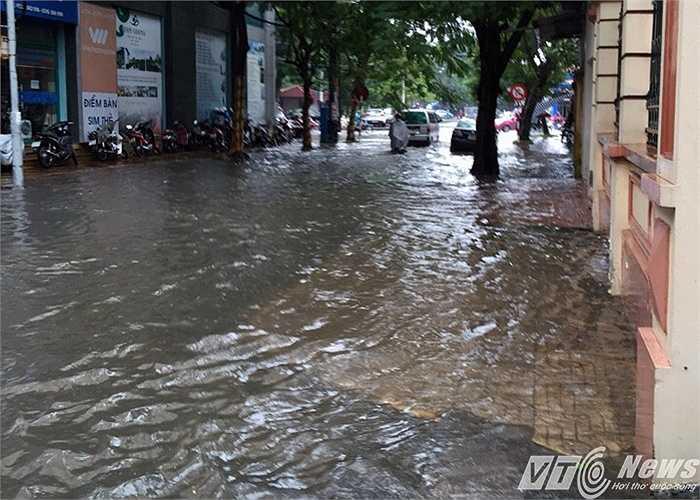 Khu vực trước cửa UBND quận Hồng Bàng trên đường Lê Đại Hành ngập nặng. (Ảnh: Minh Khang)