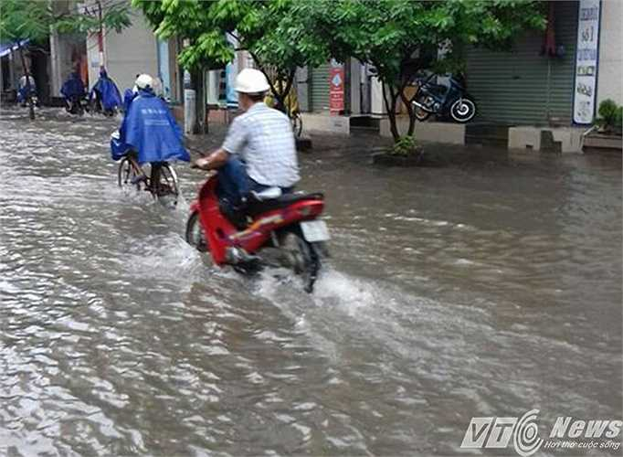 Đến gần trưa nay, khi lượng mưa ngớt dần, nước cũng đã rút bớt.