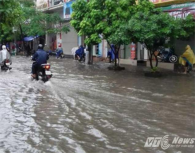 Một số tuyến đường như Trần Hưng Đạo, Lê Đại Hành, Lê Lai cũng bị ngập nặng.