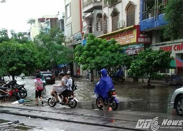 Nhiều xe đạp điện, xe máy không thể di chuyển.