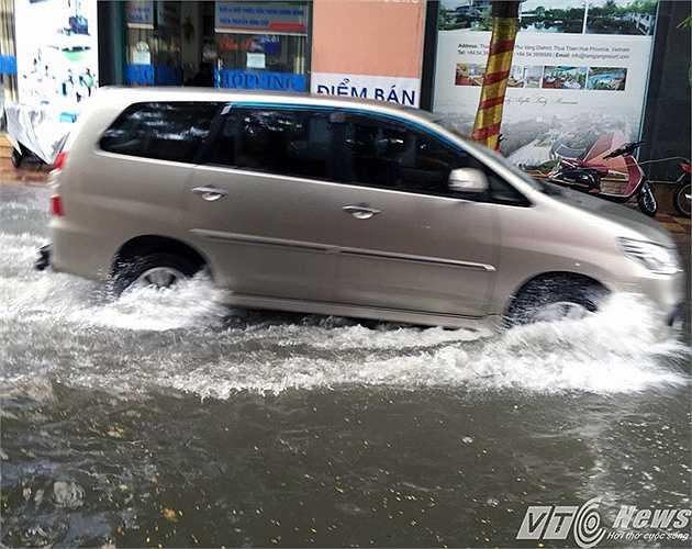 Nhiều đoạn ôtô nước ngập đến gầm xe.