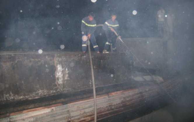 Lực lượng chữa cháy phải hút nước mưa từ các mương nước gần đám cháy để dập lửa