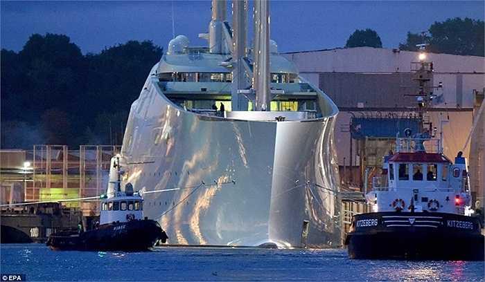 Góc ảnh này đủ để thấy sự khổng lồ của 'A Sailing Yacht' thân thép.