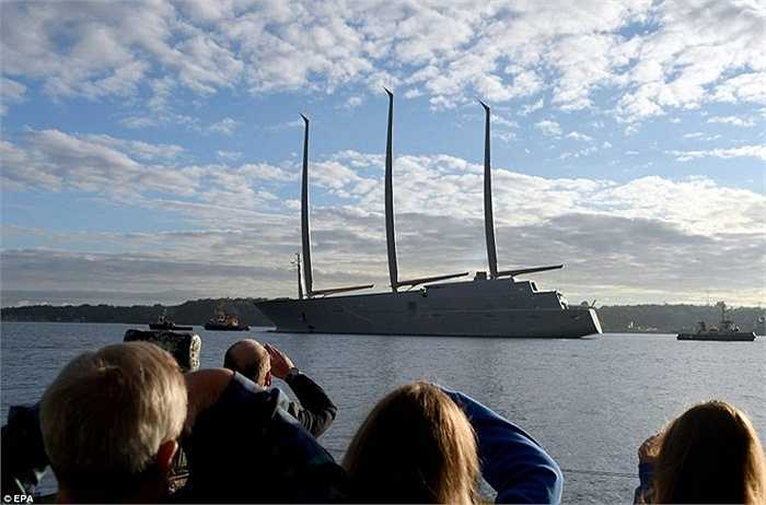 Người dân tập trung ở miền Bắc nước Đức để chứng kiến cảnh du thuyền cập bến cảng đầu tiên.