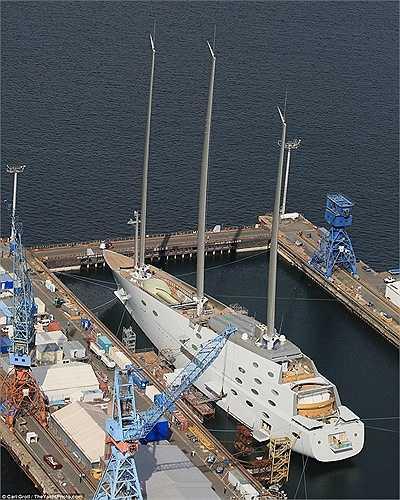 Du thuyền được thiết kế gồm 8 tầng với khoang ngầm cho phép ngắm nhìn cảnh quan dưới đáy biển.