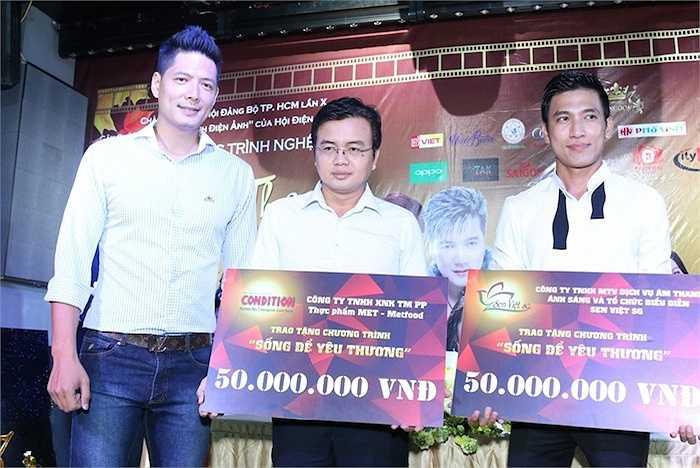 Bình Minh đại diện quỹ 'Gia đình điện ảnh' nhận những phần tiền từ các nhà hảo tâm.