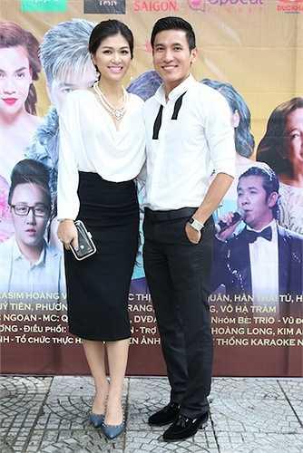 Đi cùng Oanh Yến là bạn trai.