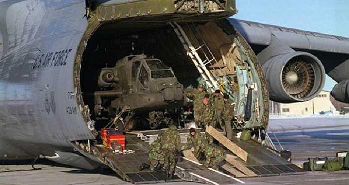 Trực thăng tấn công Apache nổi tiếng là loại máy bay chiến đấu đáng gờm trong các cuộc chiến. Một chiếc C-5 Galaxy có thể vận chuyển 6 trực thăng Apache cùng lúc trong điều kiện trực thăng không có nhiên liệu và mang theo ít đạn dược