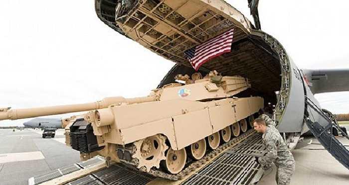 Mỗi xe tăng chiến đấu chủ lực M1 Abrams có khối lượng lên đến 67 tấn, C-5 có thể mang theo 2 chiếc như vậy hoặc 1 chiếc Abrams cùng 2 xe chiến đấu bộ binh Bradley