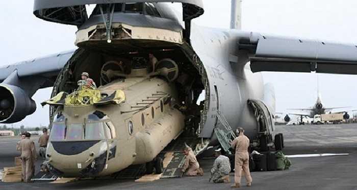 Với thiết kế đặc biệt với khả năng mở được cửa phần mũi và phần đuôi, 'quái vật' C-5 Galaxy có thể 'nuốt chửng' một chiếc máy bay trực thăng vận tải hạng nặng Chinook