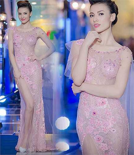 Bộ đầm cùa Hồng Quế cũng kích thích không kém. Có thể thấy bộ đầm này được thiết kế rất khéo léo để không lộ điểm nhạy cảm và chân dài Hồng Quế cũng chọn nội y khá khéo.