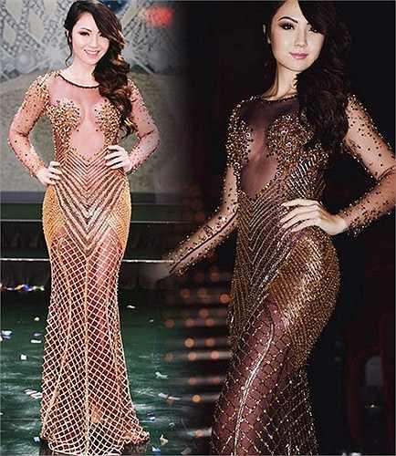 Người đẹp Jennifer Chung cũng úp mở đường cong trong một thiết kế xuyên thấu rất hiểm hóc.