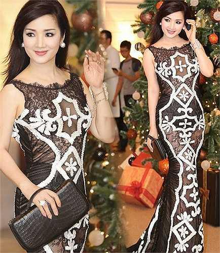 Dù đã ngoài tứ tuần nhưng Hoa hậu Đền Hùng Giáng My vẫn vẫn tự tin diện đầm xuyên thấu từ đầu đến chân rất táo bạo.