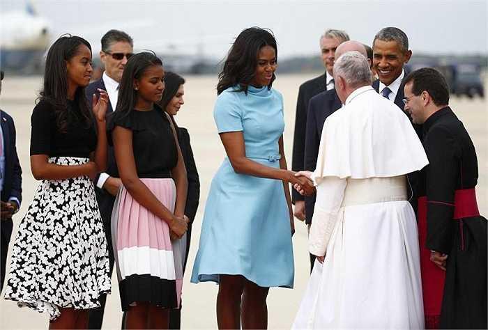 Tổng thống Obama, Đệ nhất phu nhân Michelle cùng hai con gái Sasha và Malia đón tiếp Giáo hoàng Francis