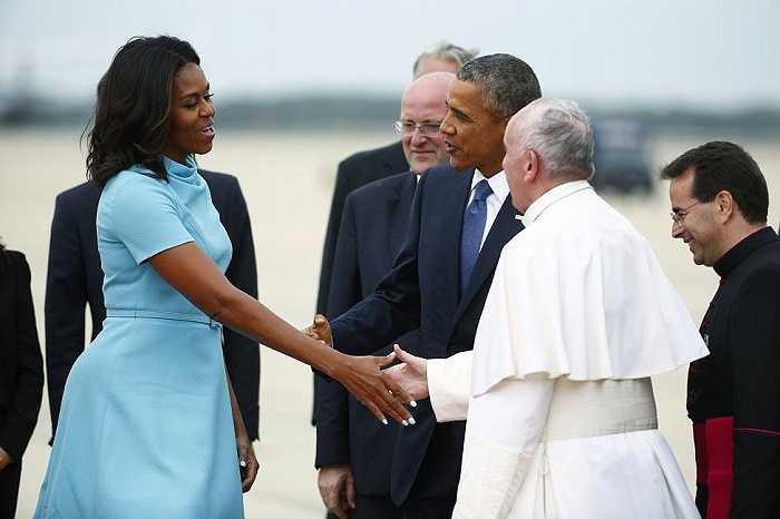 Đệ nhất phu nhân Michelle bắt tay Giáo hoàng Francis