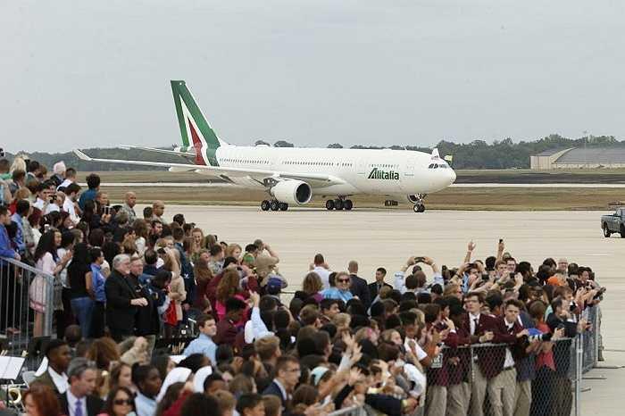 Rất đông người có mặt tại sân bay đón Giáo hoàng