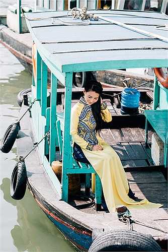 Hoa hậu diện áo dài của NTK Nhật Dũng, được thiết kế riêng cho chị với phần thân áo được phủ họa tiết tạo nên điểm nhấn hút mắt, giúp phần eo 'đồng hồ cát' hơn