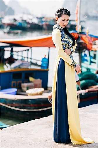 Hoa hậu chia sẻ, chị đã đi nhiều nơi trên thế giới, nhưng vẫn say đắm Hạ Long bởi một vẻ đẹp yên ả của Hạ Long, thích làn nước xanh giữa những hòn đảo đá vôi đẹp như tranh thủy mặc