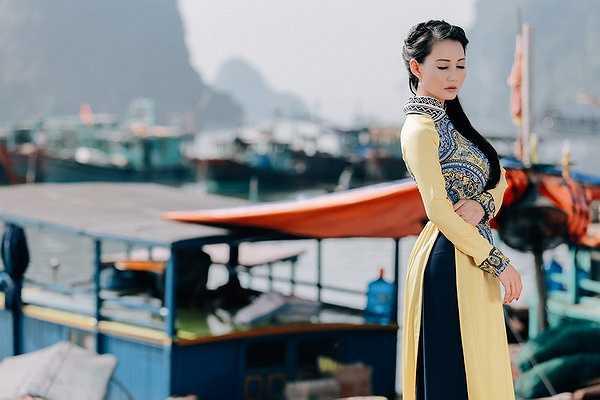 Đứng giữa nơi này, chị thấy lòng mình bình yên đến lạ, thích lặng yên ngắm thiên nhiên và cảm nhận cuộc sống nhộn nhịp xung quanh của một di sản thiên nhiên mà tạo hóa ban tặng cho Việt Nam.