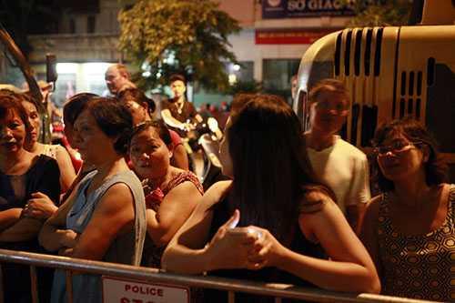Tối muộn 22/9 người dân vẫn đứng dưới lòng đường hướng về ngôi nhà biệt thự tan hoang sau khi sập để nghe ngóng <a href='http://vtc.vn/' >tin tức</a>. Có 7 nạn nhân trong vụ sập và 2 người trong số đó đã tử vong