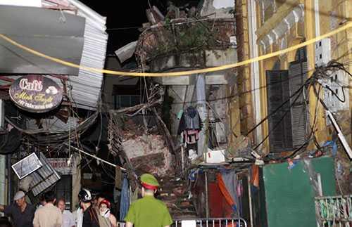 Hiện nay toàn bộ mái tầng 2 tòa nhà này đã bị sập . 16 hộ dân với 61 nhân khẩu bị ảnh hưởng, hiện không có nơi ở đến tạm cư tại Nhà CT1- khu đô thị Định Công (quận Hoàng Mai, Hà Nội)
