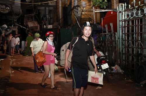 Anh Nguyễn Tùng Khánh cùng vợ về ngôi nhà năm trong khuôn viên biệt thự 107 Trần Hưng Đạo thu dọn một số tài sản cho bố, mẹ vợ tối 22/9