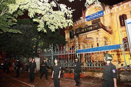 Trung đoàn Cảnh sát cơ động Hà Nội cũng bố trí khoảng 20 chiến sỹ làm nhiệm vụ bảo vệ hiện trường vòng ngoài nhà 107 Trần Hưng Đạo