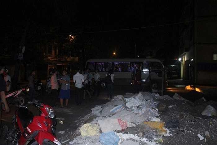 23h đêm, đoàn người di chuyển từ khu nhà sập về nơi tái định cư