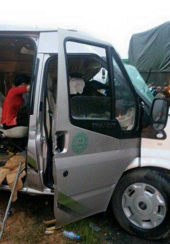 Xe khách 16 chỗ bẹp dúm sau vụ tai nạn.