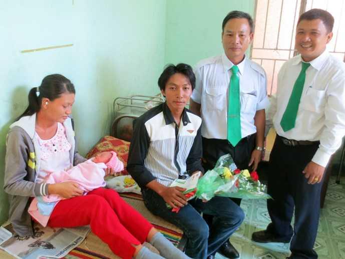 Tài xế Vĩnh bên cạnh gia đình sản phụ Xuyến.