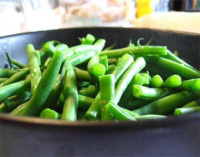 Đậu: Theo nghiên cứu, các loại rau xanh như rau bina, cải xoăn, củ cải, đậu là một nguồn giàu vitamin A, C, protein và các chất dinh dưỡng khác, tốt cho não và làm giảm nguy cơ của bệnh alzheimer.