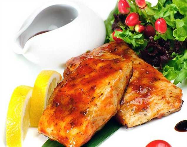 Cá hồi: bao gồm cả cá trong chế độ ăn uống hàng ngày giúp bảo vệ các chức năng não và làm giảm nguy cơ phát triển bệnh alzheimer. Cá hồi rất giàu axit béo omega 3, làm giảm beta-amyloid là nhân tố gây alzheimer.