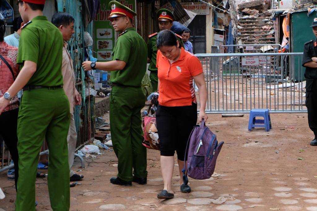 Nhiều hộ dân trở về để lấy đồ dùng sinh hoạt.