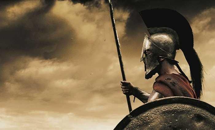Theo phong tục truyền thống của Spartan, con trai sẽ được huấn luyện võ thuật trong 10 năm từ khi 7 tuổi. Khi hoàn thành cuộc huấn luyện, họ sẽ phải tham gia vào băng đảng Krypteia để săn lùng và giết bất kì nông nô hay nô lệ nào mà họ tìm thấy để chứng minh sự gan dạ.