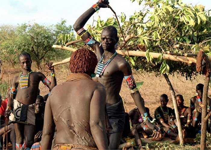 """Trong lễ trưởng thành của người Fula thuộc Tây Phi, sẽ có hai người con trai tham gia một trận chiến bằng roi. Người chiến thắng sẽ nhận được sự công nhận từ mọi người còn kẻ thất bại buộc phải đấu tiếp nếu không muốn bị gọi là """"cậu bé""""."""
