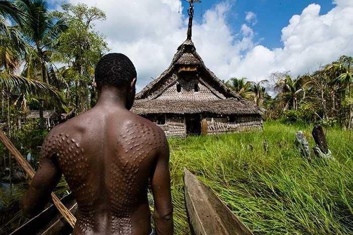 Cộng đồng người sinh sống dọc sông Sepik thuộc Papua New Guinea giữ một tục lệ trưởng thành hết sức man rợ. Thanh niên đến tuổi trưởng thành phải rạch các vết như hình vảy cá sấu lên khắp người để không bị coi như phụ nữ.