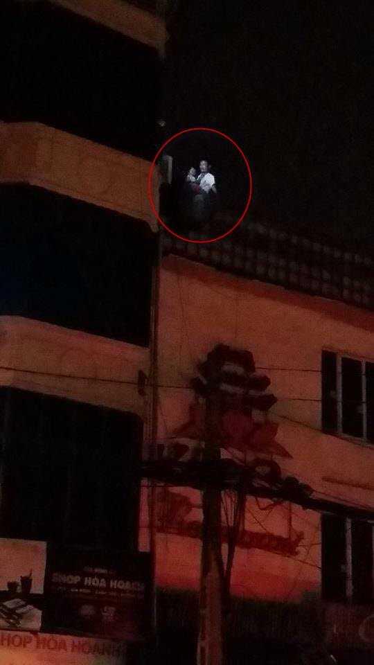 Khi xảy ra cháy, một người đàn ông đã bế em nhỏ trèo qua lan can tầng 4 sang mái nhà dân bên cạnh để tránh bị ngạt khói.