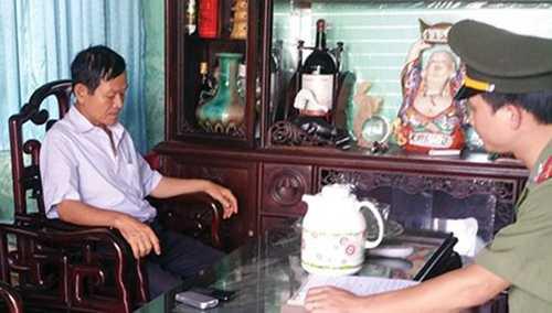 Đối tượng Vinh (áo trắng - Trưởng ban QLDA của Tập đoàn VIS) sợ hãi khi lực lượng điều tra đến nhà