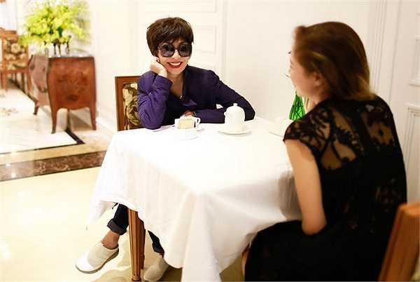 Hai nữ ca sỹ trao đổi với nhau về những phần trình diễn trong Đêm tình nhân 2.